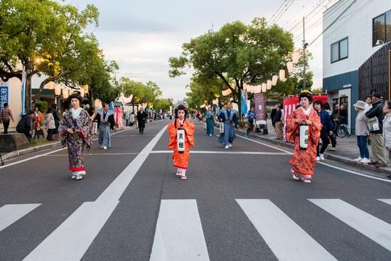 第1回さが維新まつり盛姫と貢姫は、佐賀市の正林ゆみこさんと千和ちゃん母娘